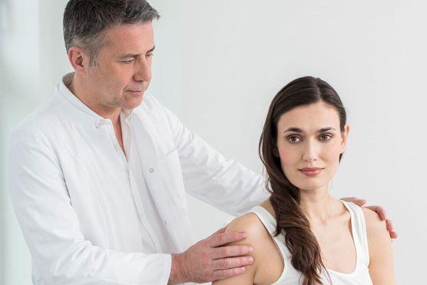 Dr. Ziolko behandelt eine Patientin mit Impingmentsyndrom