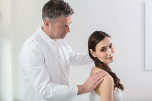 Dr. Ziolko behandelt eine Patientin mit Arthrose