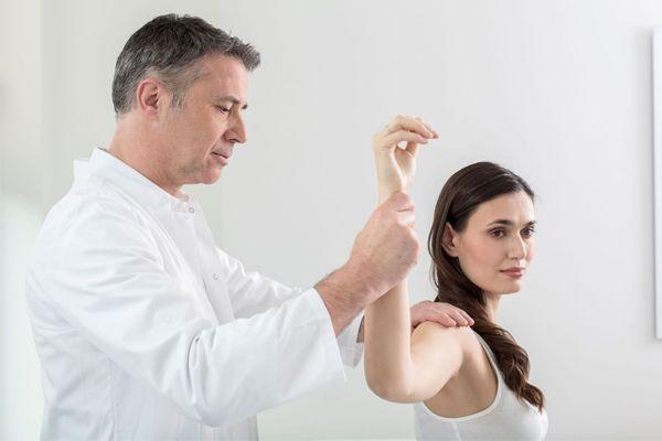 Dr. Ziolko behandelt eine Patientin mit ausgekugelter Schulter