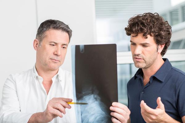 Dr. Ziolko bespricht Röntgenbild mit seinem Patienten