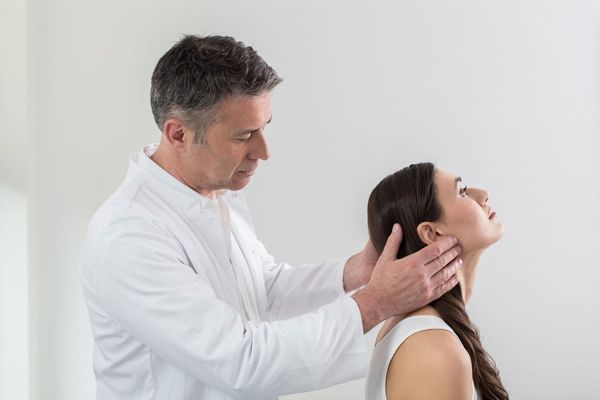 Dr. Ziolko bei konservativer Therapie an einer Patientin