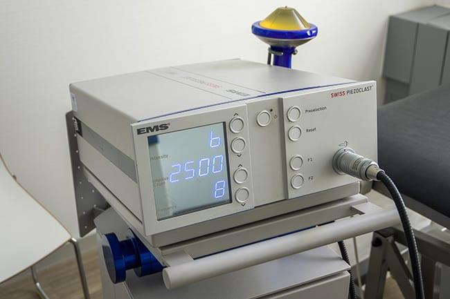 Gerät zur Stoßwellentherapie bei der Orthopädie Dr. Ziolko in Köln