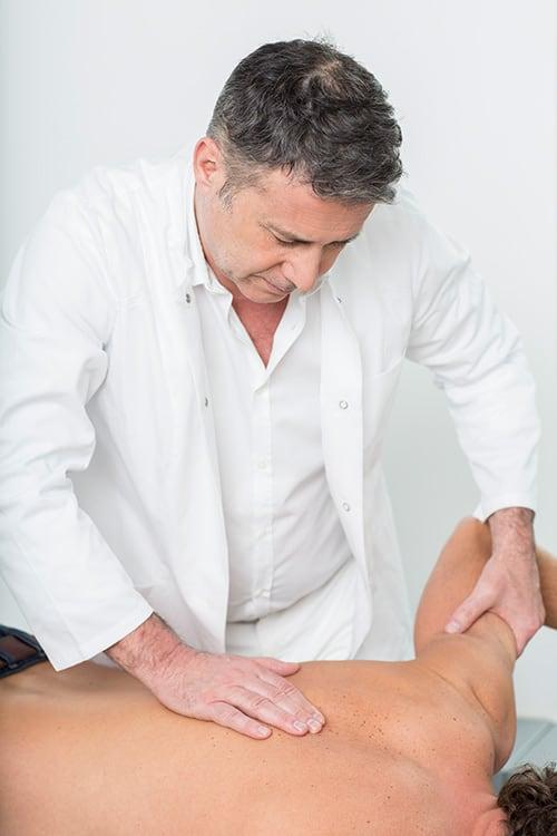 Chirotherapie an männlichem Patienten bei der Orthopädie Dr. Ziolko in Köln